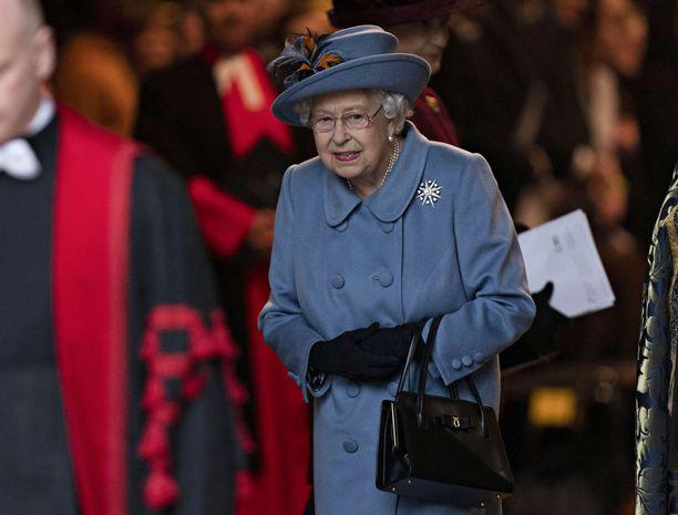 Jo 93 vuoden ikään yltänyttä kuningatar Elisabetia pyritään suojelemaan koronavirukselta kaikin keinoin.