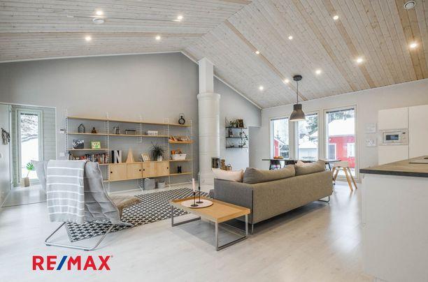 Muodikkaat kattoon upotetut led-lamput tuovat tilaan moderniutta, raikkautta ja laadun tuntua. Pönttöuuni tuo ripauksen kodikasta tunnelmaa muuten niin skandinaaviseen kokonaisuuteen,