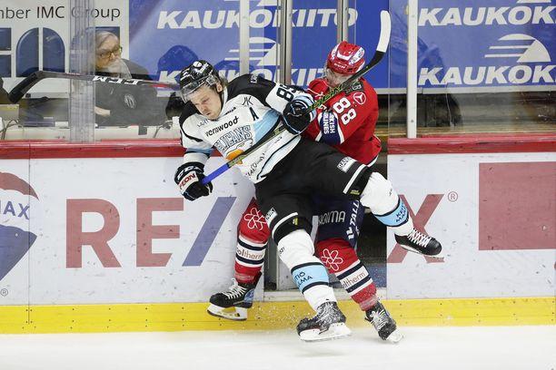 HIFK:n Joonas Raskin ja Pelicansin Antti Tyrväisen taistelun tuoksinassa jäähyaition ovikin aukesi itsestään.