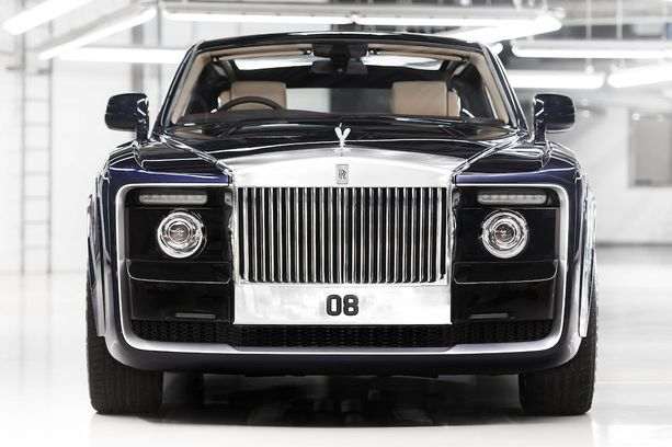 Keulaan on jätetty Rolls-Roycelle tyypillistä mahtipontisuutta.