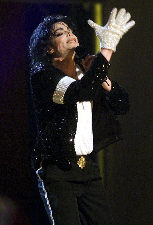 Michael Jackson käytti esiintyessään toisessa kädessään timantein koristeltua hanskaa.