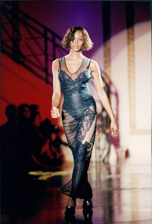Naomi Campbell Versacen näytöksessä vuonna 1993.