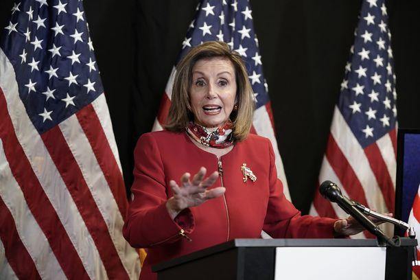 Edustajainhuoneen puheenjohtaja Nancy Pelosi kommentoi vaalitulosta demokraattipuolueen puoluetoimistolla Washingtonissa tiistaina.