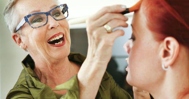 4. Meikkivoide on yksi tärkeimmistä meikkituotteista. Sillä saadaan tasoitettua ihon väri. Se antaa meikille ryhdin. Liian paksu meikkivoide ei kaunista.