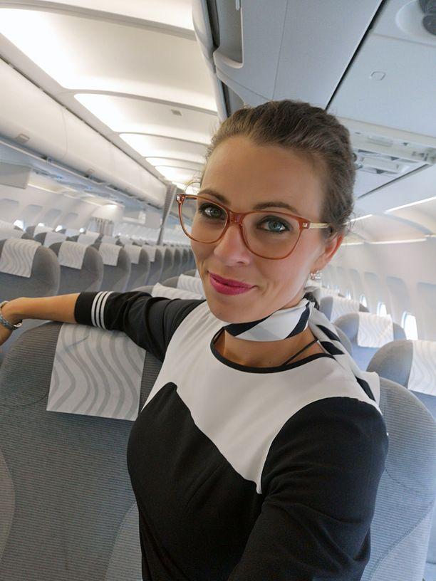 Marissa Jalasvirta sanoo tilanteiden yläilmoissa rauhoittuvan yleensä jo sillä, että matkustaja tuntee itsestään pidettävän hyvää huolta.