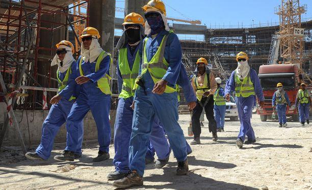 Qatarin jalkapallon vuoden 2022 MM-kisojen rakennuksia pystyttävien ulkomaalaisten työntekijöiden oloja on arvosteltu ankarasti.