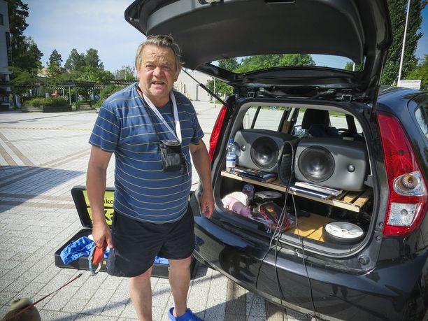 Karikoo on rakentanut pieneen Suzuki-autoonsa Musabaarilleen oman studion, johon kuuluvat järeä akku, laadukkaat kaiuttimet, valojärjestelmät ja savukone.