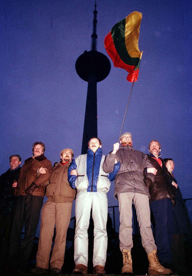 Ihmisketjut turvasivat Vilnan radio- ja televisiotornia tammikuussa 1991.