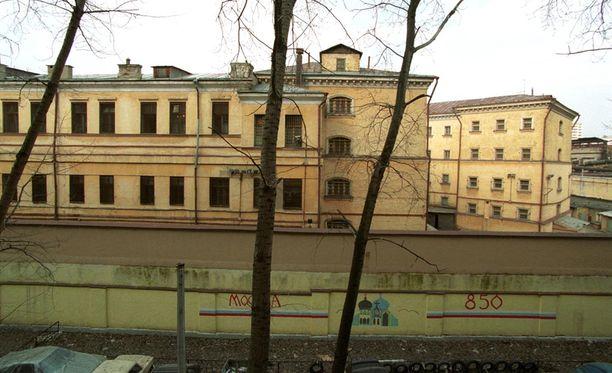 Nainen dottaa oikeudenkäynnin alkua Moskovan pahamaineisessa Lefortovon vankilassa.