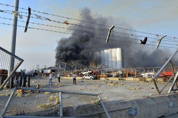 Satama-alueelta kohosi suuri savupilvi.
