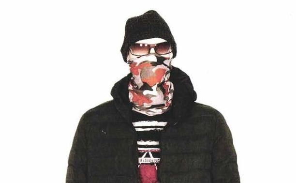 Kirveshyökkääjä oli naamioitunut putkihuiviin, aurinkolaseihin ja mustaan pipoon. Kuva polisin rekonstruktiosta.