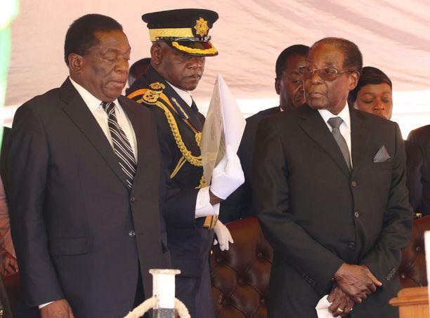 Emmerson Mnangagwan (vasemmalla) odotetaan nousevan Zimbabwen väliaikaiseksi hallitsijaksi Robert Mugaben (oik.) jälkeen.