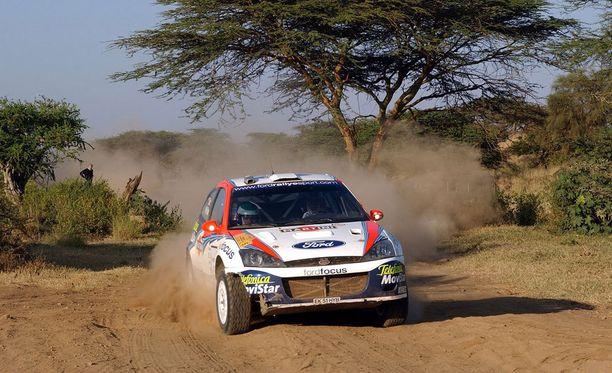 Safari-ralli on perinteisesti vaatinut paljon sekä autoilta että kuljettajilta. Kuvassa jo edesmenneen Colin McRaen tyylinäyte Ford Focuksella vuonna 2002.