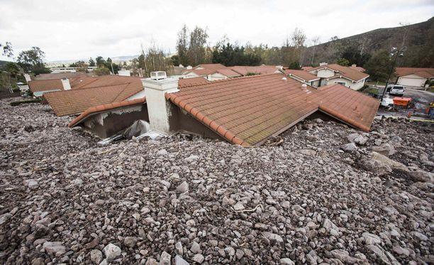 Laajoja alueita evakuoidaan myrskyn tuhojen vuoksi.