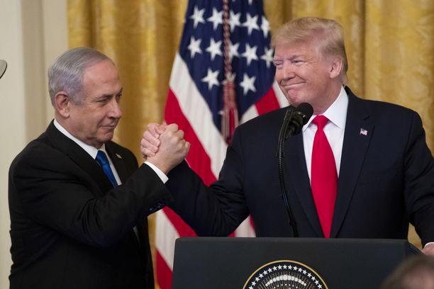 """Benjamin Netanjahu ja Donald Trump pitävät rauhansuunnitelmaa """"historiallisena""""."""