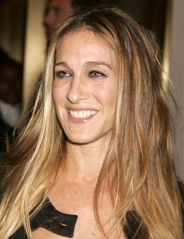 Sarah Jessica Parkerin hiuksista on tullut lähes vastaava käsite kuin Jennifer Anistonin kampauksista, mutta näyttelijällä on ollut myös epäonnisia edustustilaisuuksia. Kuva elokuvan ensi-illasta vuodelta 2006.