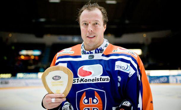 Suomessa moinen tuulettelu katsottaisiin herjaamiseksi. Kuvassa Tapparan Janne Ojanen juhlii vuonna 2009 kaikkien aikojen piste-ennätystään oikeaoppisesti.