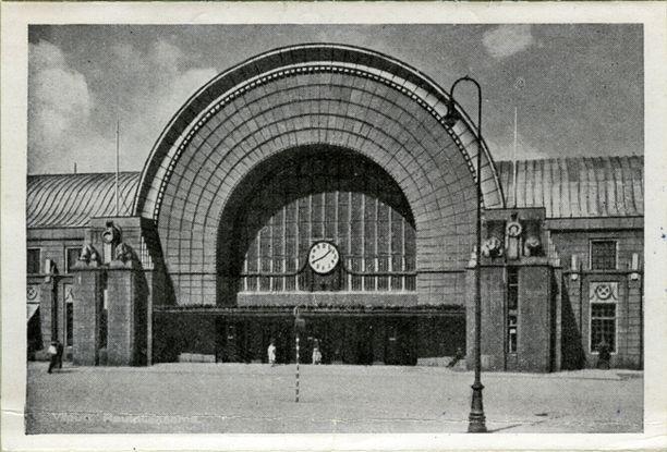 Viipurin kansallisromanttiseen tyyliin rakennettu rautatieasema muistutti paljon Helsingin rautatieasemaa.