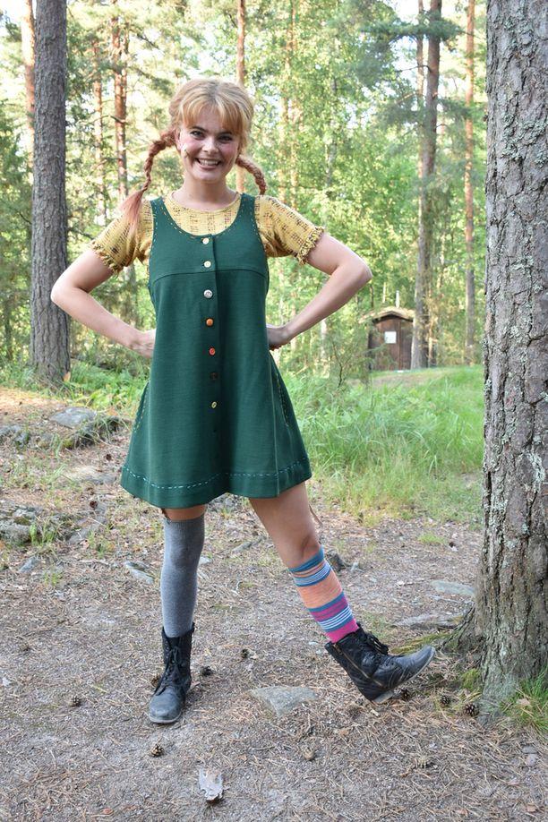 Erika Vikman esiintyy Peppi Pitkätossu -näytelmässä vihreässä villa-asussa.