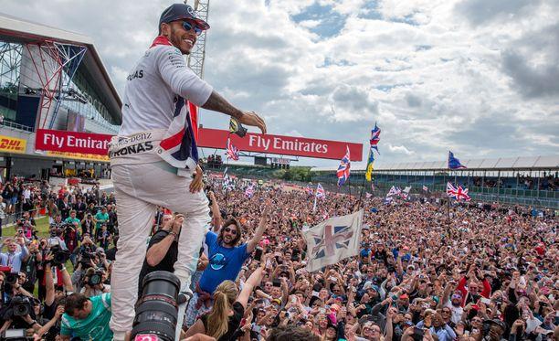 Silverstone vetää kisapäivänä vuoden kovimmat katsojamäärät, jopa 140 000 katsojaa. Lewis Hamilton on voittanut Silverstonessa kotiyleisön riemuksi kolmesti peräkkäin.