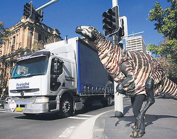 KATUDINO Australialaisen museon tähti – 3-metrinen Dryosaurus – ei luottanut näyttelynsä markkinointiin vaan lähti itse haalimaan yleisöä Sydneyn kaduilta.
