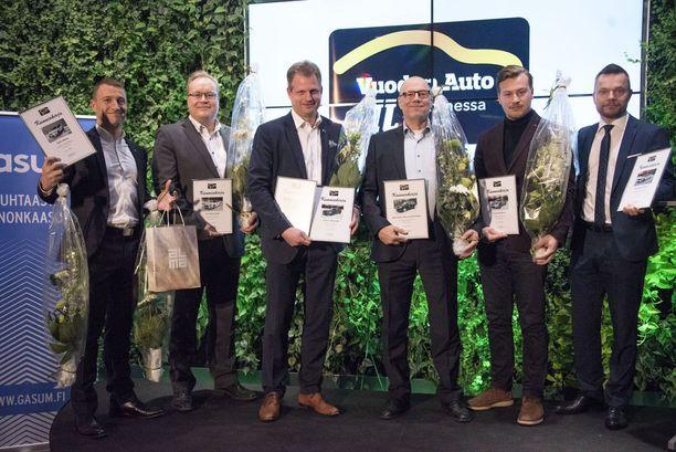 Voittajamerkkien edustajat kukitettiin. Vasemmalla Jukka Kiuru (Seat), Tomi Kari (Fiat), Lasse Ahlsted (Volvo), Pekka Koski (Mercedes), Axel Holmström (Tesla) ja Esa Kurikka (Hyundai).