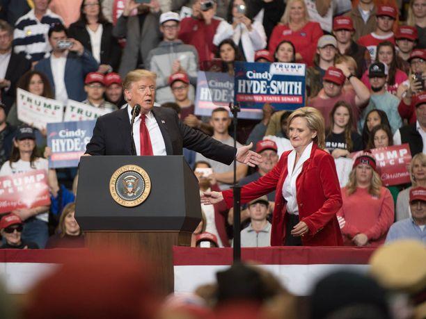 Donald Trump kävi vielä päivää ennen uusintavaalia Mississippissä edistämässä vaalitilaisuudessa Cindy Hyde-Smithin mahdollisuuksia.