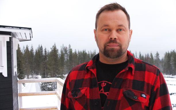 Arctic Lifestyle Oy:n toimitusjohtaja J-P Mikkola ei vielä ole menettänyt yöuniaan vähälumisuuden vuoksi.