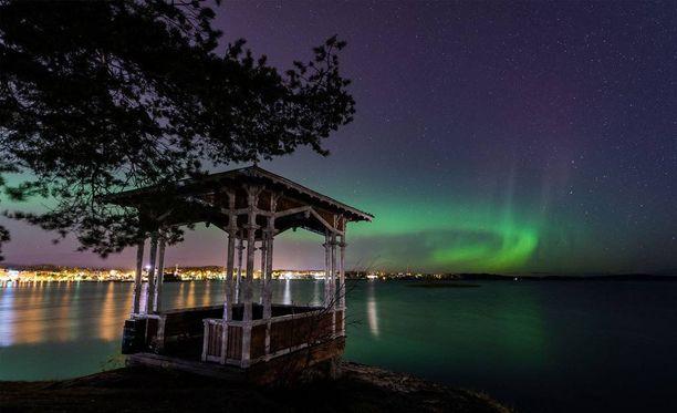 Revontulirengas loisti kauniina Kuopion yllä. Kuva otettu Väinölänniemessä.
