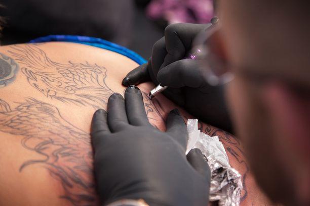Tatuointeihin ja kestopigmentointeihin käytettäviä värejä ei aiemmin ole Suomessa testattu. Nyt testatuista 14 väristä kahdeksan sisälsi terveydelle vaarallisia aineita.