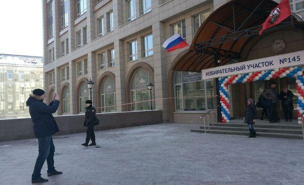 Useat äänestämässä käyneet moskovalaiset ikuistivat hetken ottamalla kuvan itsestään.