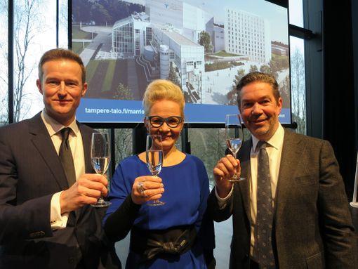 Marriot-ketjun Euroopan kehitysjohtaja Tuomas Laakso, Tampere-talon toimitusjohtaja Pauliina Ahokas ja Odyssey Hotel Group:n johtaja Rick van Erp.