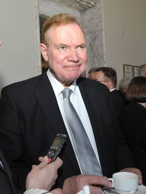 """Paavo Lipponen tokaisi ensin """"so what"""" kiistäen sitten tapaamiset, mutta myönsi lopuksi Wikileaksin paljastaman yhteydenpidon jenkkeihin."""