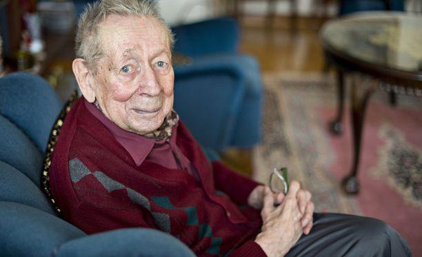Taikuri Solmu Mäkelä on kuollut 96-vuotiaana. Iltalehti tapasi taikurilegendan vuonna 2014.