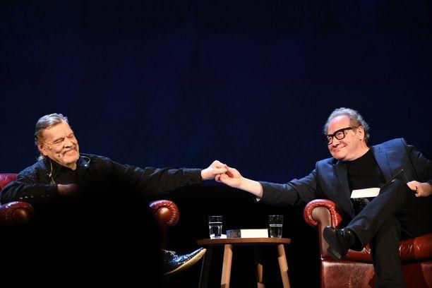 Vesa-Matti Loiri ja Jari Tervo kertoivat tuoreesta kirjasta yleisötilaisuudessa, joka järjestettiin Kansallisteatterissa.