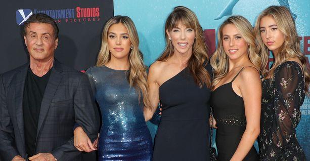 Sylvester Stallone, Sistine Rose, Jennifer Flavin, Sophia Rose ja Scarlet Rose 47 elokuvan ensi-illassa.