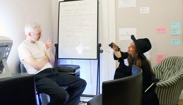 Dokumentissa nähdään muun muassa, kuinka Lady Gaga haastattelee Julian Assangea.