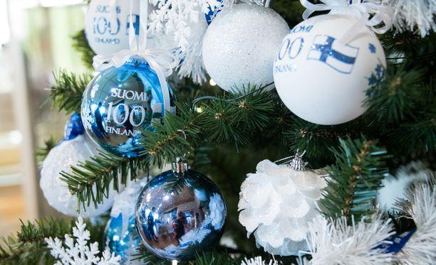 Suosituimpia teemavuoden koristeita ovat olleet Suomi 100 -pallot.