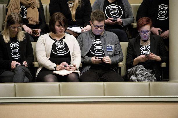 Eduskunta keskusteli tasa-arvoisesta avioliittolaista helmikuussa 2014. Tahdon 2013 -kampanjan kannattajia eduskuntatalon lehterillä.