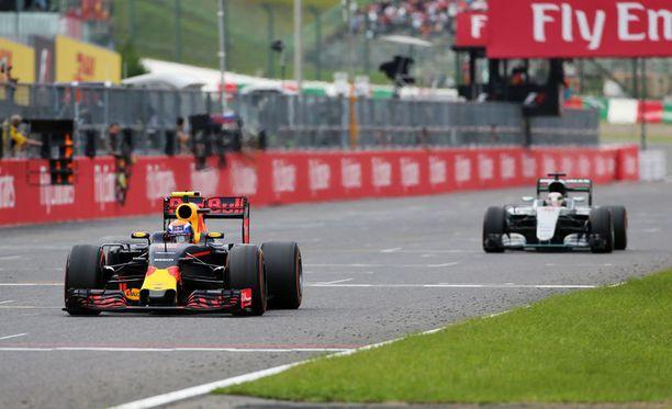 Max Verstappen ja Lewis Hamilton kävivät tiukkaa taistelua kakkossijasta.