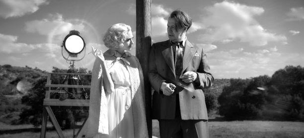 Gary Oldman näyttelee nimiroolia elämäkerrallisessa Mank-draamaelokuvassa. Hänen vierellään naispääosaa esittänyt Amanda Seyfried.