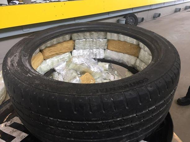 Rivotril-pillerien salakuljettajat piilottelivat lastia myös auton renkaissa.