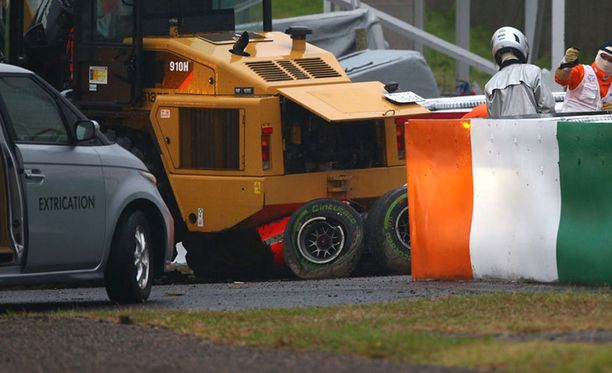 Jules Bianchin auto rusentui pahoin törmäyksessä traktorin kanssa.