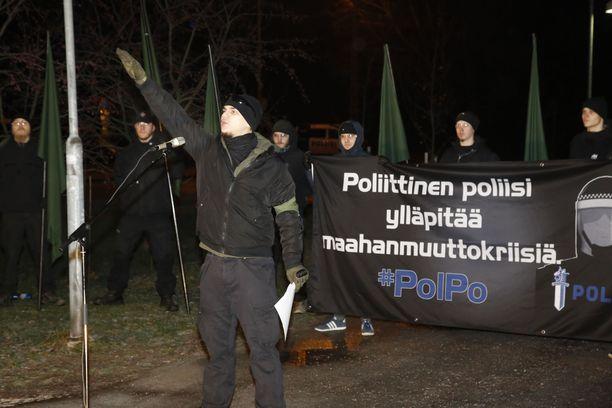 Uusnatsi tekemässä natsitervehdystä Helsingissä itsenäisyyspäivänä. Pohjoismaisen vastarintaliikkeen tunnukset ovat tällä hetkellä kiellettyjä.
