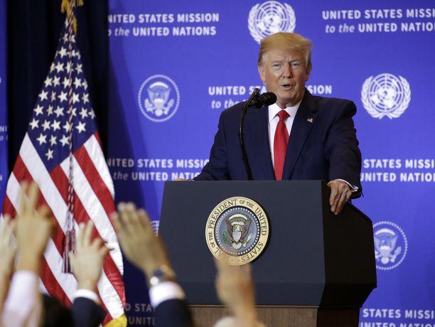 Donald Trump pitää virkarikossyytetutkinnan perusteita vitsinä.
