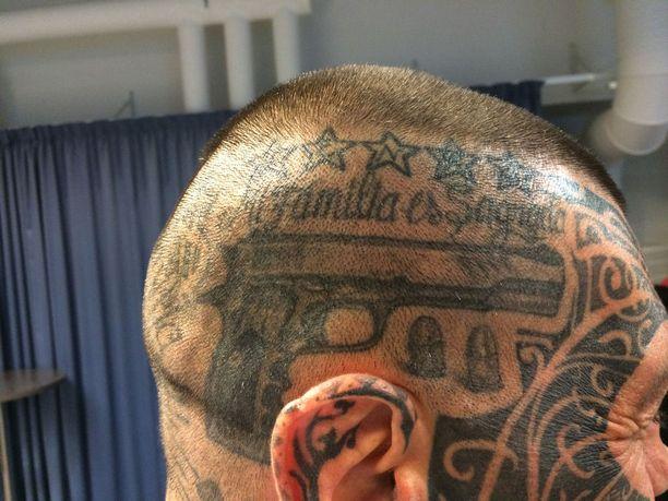 """Päähänsä argentiinalaisnyrkkeilijä on tatuoinut muun muassa pistoolin ja tekstin """"Perheeni on pyhä""""."""