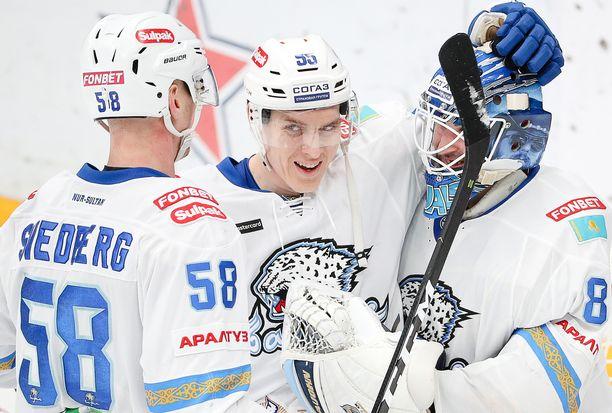 Atte Ohtamaa (keskellä) edustaa Barys Nur-Sultania, joka jätti KHL:n pudotuspelit kesken.