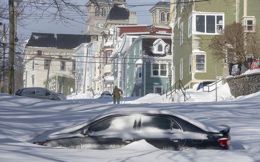"""Kanadalaiskaupunki joutui """"Snowmageddonin"""" valtaan – lunta tuli niin, etteivät ovetkaan aukene"""