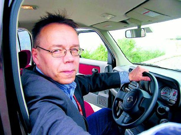 RATISSA Tässä sitä sitten istutaan ohjaamon oikeassa reunassa – autoa on toistaiseksi tarjolla vain Japanin vasemman puolen liikenteen teille.