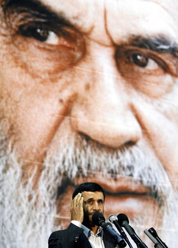 Islamilaisen vallankumouksen jälkeen valtaan nousi ajatollah Khomeini, jonka ajatukset vaikuttavat edelleen Iranin nykyjohtajien taustalla.